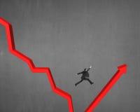 Άλμα πέρα από το χάσμα στο κόκκινο βέλος Στοκ εικόνα με δικαίωμα ελεύθερης χρήσης