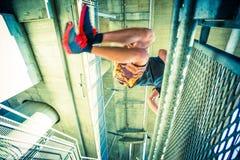 Άλμα πρακτικής νεαρών άνδρων parkour στην πόλη Στοκ Εικόνες
