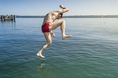 Άλμα στο νερό στοκ φωτογραφία με δικαίωμα ελεύθερης χρήσης