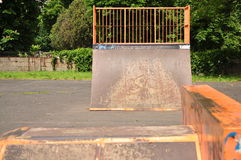Άλμα της κεκλιμένης ράμπας στο πάρκο Στοκ Φωτογραφία
