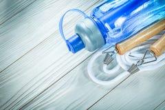 Άλμα του μπουκαλιού νερό σχοινιών στον ξύλινο αθλητισμό πινάκων που εκπαιδεύει concep Στοκ Εικόνες