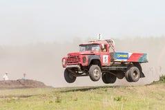 Άλμα του φορτηγού στη γραμμή αγώνα Στοκ Εικόνες