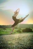 Άλμα χορευτών κοριτσιών μπαλέτου στο ηλιοβασίλεμα Στοκ εικόνες με δικαίωμα ελεύθερης χρήσης