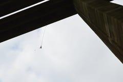 Άλμα Bungee από μια 390 πόδια υψηλή οδογέφυρα Στοκ Εικόνες