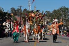 Άλογα βαγονιών εμπορευμάτων στη 115η ετήσια χρυσή παρέλαση δράκων, σεληνιακός νέος Στοκ φωτογραφία με δικαίωμα ελεύθερης χρήσης