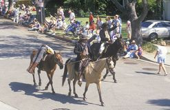 Άλογα και κάουμποϋ στην παρέλαση στις 4 Ιουλίου, ειρηνικές περιφράγματα, ασβέστιο Στοκ φωτογραφία με δικαίωμα ελεύθερης χρήσης