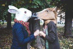Άλογο και γυναίκες μασκών κουνελιών στο πάρκο Στοκ εικόνες με δικαίωμα ελεύθερης χρήσης