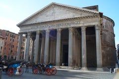 Άλογο και μεταφορά μπροστά από το Pantheon στοκ εικόνα