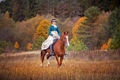 Άλογο-κυνήγι με τους αναβάτες στη συνήθεια οδήγησης Στοκ εικόνα με δικαίωμα ελεύθερης χρήσης