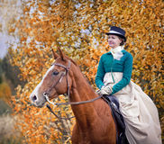 Άλογο-κυνήγι με τους αναβάτες στη συνήθεια οδήγησης Στοκ Εικόνες