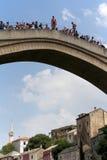 Άλτες στην παλαιά γέφυρα στο Μοστάρ Στοκ φωτογραφίες με δικαίωμα ελεύθερης χρήσης