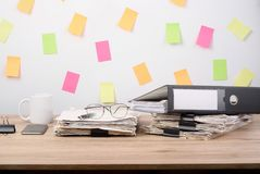 Έγγραφα που τοποθετούνται στο γραφείο γραφείων Στοκ εικόνα με δικαίωμα ελεύθερης χρήσης