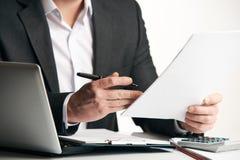 Έγγραφα συμφωνίας ανάγνωσης επιχειρηματιών στοκ φωτογραφίες