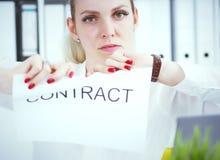 έγγραφα συμφωνίας δακρυ'ων γυναικών μπροστά από την κινηματογράφηση σε πρώτο πλάνοα καμερών Στοκ Εικόνα