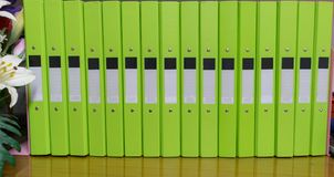 Έγγραφα φακέλλων αρχείων που τοποθετούνται στα έγγραφα γραφείων Στοκ εικόνα με δικαίωμα ελεύθερης χρήσης