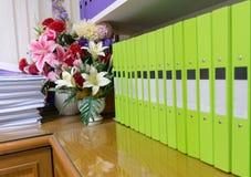 Έγγραφα φακέλλων αρχείων που τοποθετούνται στα έγγραφα γραφείων Στοκ φωτογραφίες με δικαίωμα ελεύθερης χρήσης