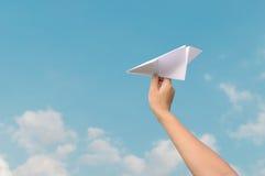 Έγγραφο αεροπλάνων στο χέρι και το μπλε ουρανό παιδιών Στοκ φωτογραφία με δικαίωμα ελεύθερης χρήσης