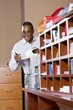 Έγγραφο ανάγνωσης επιχειρηματιών αφροαμερικάνων Στοκ εικόνες με δικαίωμα ελεύθερης χρήσης