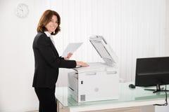 Έγγραφο αντιγραφής επιχειρηματιών για τη μηχανή φωτοτυπιών Στοκ Εικόνες