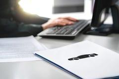 Έγγραφο ασφαλείας αυτοκινήτου γραψίματος γυναικών, εφαρμογή τραπεζικού δανείου ή σύμβαση μισθώσεων στοκ φωτογραφία με δικαίωμα ελεύθερης χρήσης