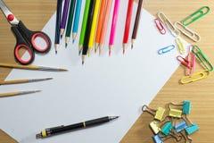 Έγγραφο για το σχολείο και το πλαίσιο του ζωηρόχρωμου σχολικού εξοπλισμού Στοκ φωτογραφίες με δικαίωμα ελεύθερης χρήσης