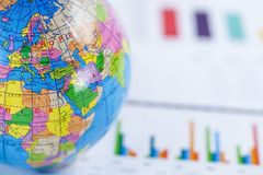 Έγγραφο γραφικών παραστάσεων διαγραμμάτων με το χάρτη της παγκόσμιας Ευρώπης σφαιρών επάνω Χρηματοδότηση, απολογισμός, στατιστικέ στοκ εικόνες με δικαίωμα ελεύθερης χρήσης