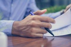Έγγραφο γραψίματος επιχειρηματιών στοκ εικόνες