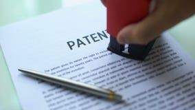 Έγγραφο διπλωμάτων ευρεσιτεχνίας απορριφθε'ν, σφραγίδα σφράγισης χεριών σε επίσημο χαρτί, νόμος περί πνευματικής ιδιοκτησίας φιλμ μικρού μήκους