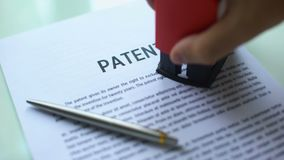 Έγγραφο διπλωμάτων ευρεσιτεχνίας εκκρεμές, σφραγίδα σφράγισης χεριών σε επίσημο χαρτί, νόμος περί πνευματικής ιδιοκτησίας απόθεμα βίντεο