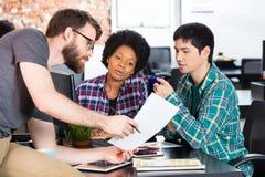 Έγγραφο εκμετάλλευσης ατόμων που παρουσιάζει γραφείο επιχειρηματιών συναδέλφων Στοκ Εικόνες