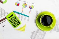 έγγραφο διαγραμμάτων φλυτζανιών καφέ διαγραμμάτων λογιστικής _ Στοκ εικόνες με δικαίωμα ελεύθερης χρήσης