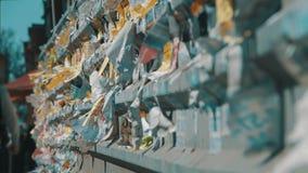 Έγγραφο διαφημίσεων οδών που ταχυδρομείται στο φράκτη στην πόλη φιλμ μικρού μήκους