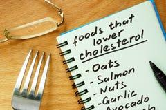 Έγγραφο με τα τρόφιμα που χαμηλότερος κατάλογος χοληστερόλης στοκ εικόνες