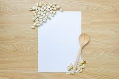 Έγγραφο με το κουτάλι και τα φυστίκια Στοκ φωτογραφίες με δικαίωμα ελεύθερης χρήσης