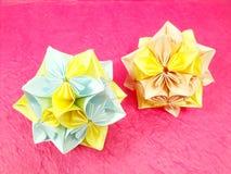 Έγγραφο λουλουδιών Origami για το ρόδινο υπόβαθρο Στοκ φωτογραφία με δικαίωμα ελεύθερης χρήσης