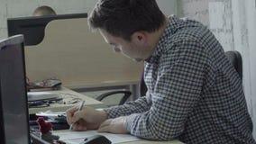 Έγγραφο σημαδιών επιχειρηματιών στο γραφείο φιλμ μικρού μήκους