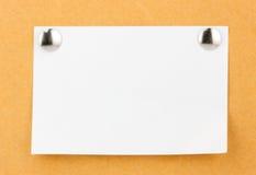 Έγγραφο σημειώσεων με τις καρφίτσες ώθησης μετάλλων Στοκ Εικόνες