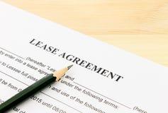 Έγγραφο συμβάσεων συμφωνίας μισθώσεων και αημένη κατώτατο σημείο γωνία μολυβιών Στοκ φωτογραφία με δικαίωμα ελεύθερης χρήσης