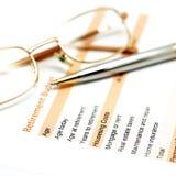 Έγγραφο σχεδίων αποχώρησης με τη μάνδρα και τα γυαλιά Στοκ Φωτογραφίες