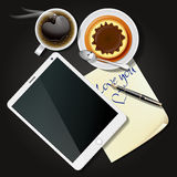 Έγγραφο ταμπλετών και σημειώσεων με το μαύρους καφέ και την πουτίγκα Στοκ εικόνα με δικαίωμα ελεύθερης χρήσης