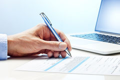 Έγγραφο υπολογιστών χεριών υπογραφών Στοκ εικόνα με δικαίωμα ελεύθερης χρήσης