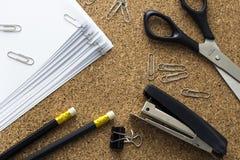 Έγγραφο, ψαλίδι, stapler και βάσεις Στοκ φωτογραφία με δικαίωμα ελεύθερης χρήσης