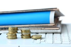 έγγραφο lap-top νομισμάτων Στοκ Φωτογραφίες