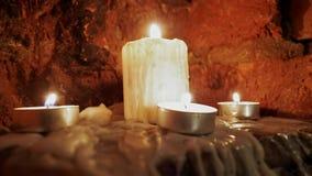 Έγκαυμα κεριών στο σκοτάδι απόθεμα βίντεο