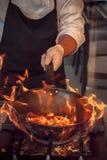 Έγκαυμα πυρκαγιάς, που μαγειρεύει στο τηγάνι σιδήρου Στοκ Φωτογραφία