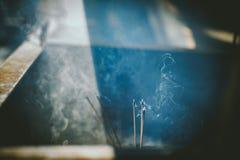 Έγκαυμα incenses στο ναό στοκ εικόνες