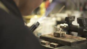 Έγκαυμα Jeweler η λεπτομέρεια μετάλλων στην εργασία επιτροπής με το κόσμημα απόθεμα βίντεο