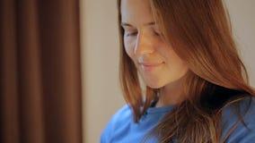 Έγκυα ευτυχή παπούτσια μωρών εκμετάλλευσης γυναικών στα χέρια της Mom που αναμένει το μωρό της έγκυος γυναίκα κοιλιών Εγκυμοσύνη  απόθεμα βίντεο