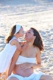 Έγκυες μητέρα και κόρη στην παραλία στοκ φωτογραφία με δικαίωμα ελεύθερης χρήσης