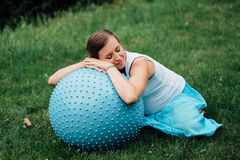 Έγκυες προγενέθλιες να κάνει γιόγκας διαφορετικές ασκήσεις με το fitball στο πάρκο στη χλόη, αναπνοή, τέντωμα, Pilates Στοκ Φωτογραφία